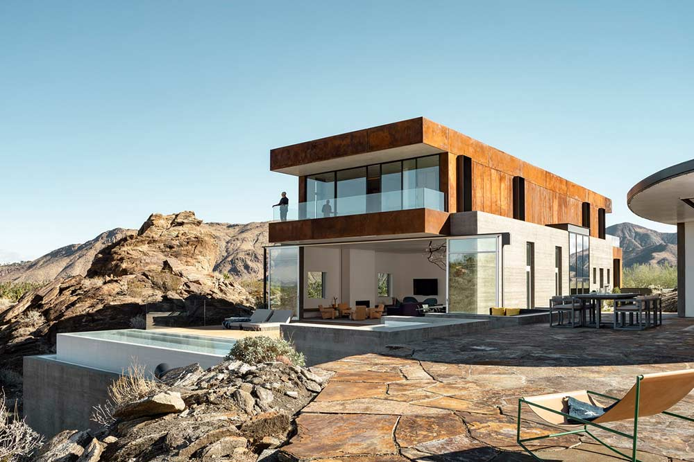 desert-home-with-floor-to-ceiling-glass-windows