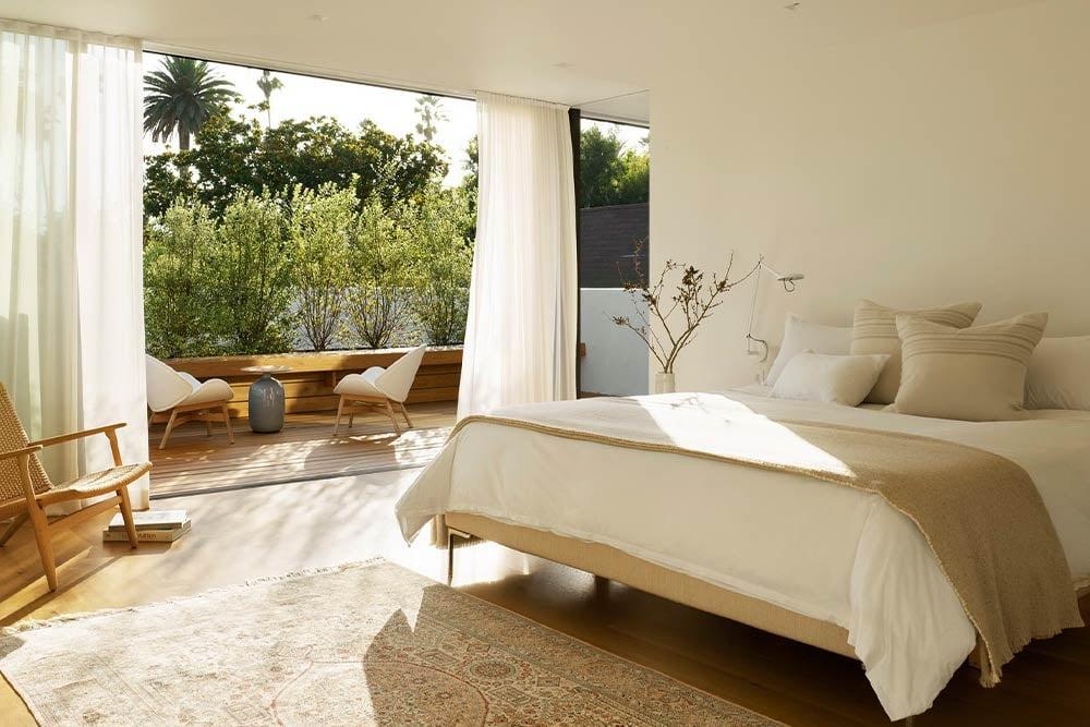 floor-to-ceiling-glass-windows-in-bedroom