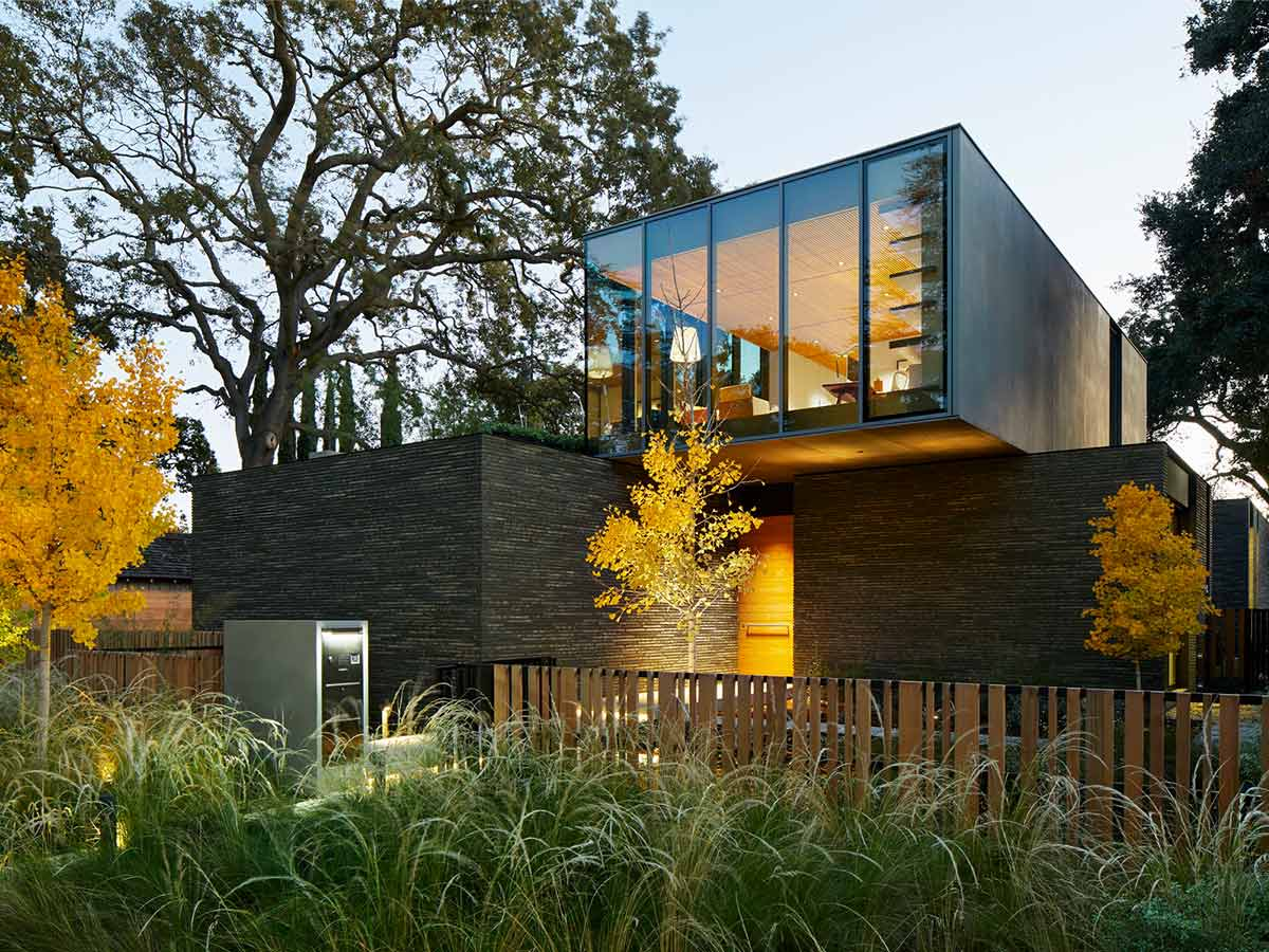 modern-home-with-floor-to-ceiling-glass-windows