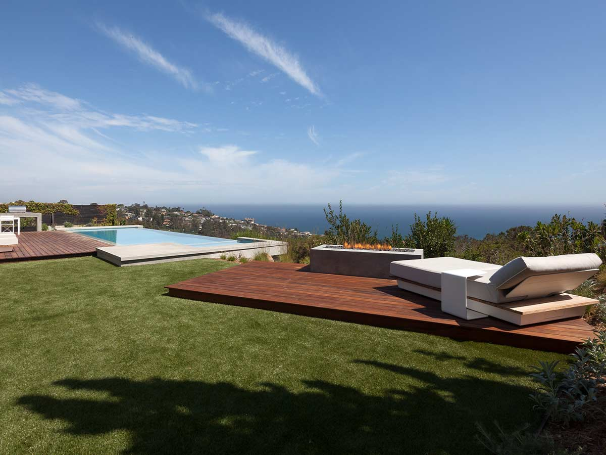 Modern-coastal-design-yard-overloking-shore