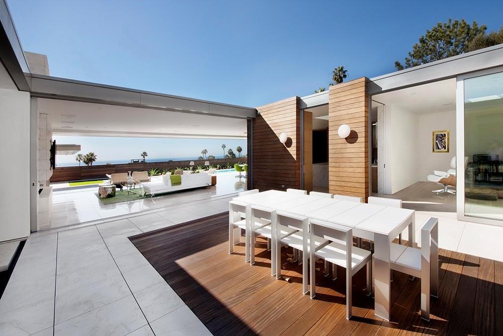 Modern-beach-house-interior-courtyard